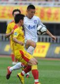 图文:[中超]陕西0-0天津 于大宝带球突破