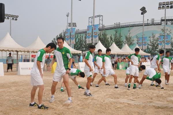 图文:国安球员助阵海沙节 张永海侧目