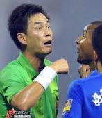 图文:[中超]山东VS长沙 裁判出牌