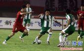图文:[中超]河南1-0杭州 荣昊防守内托