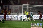 图文:[中超]河南1-0杭州 门前一片混乱