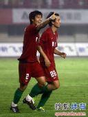图文:[中超]河南1-0杭州 宋泰林和乔巍庆祝
