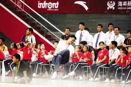 ■姚明和姚基金资助的孩子们坐在一起欣赏比赛 CFP 图-慈善赛美明星