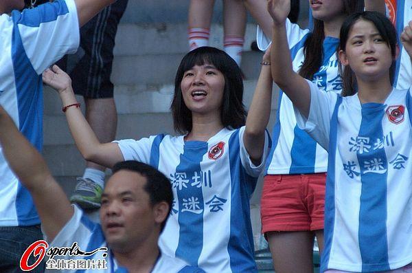 图文:[中超]深圳VS大连 深足女球迷