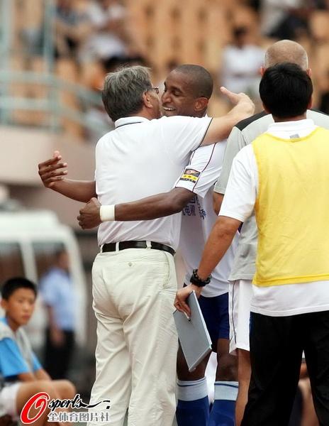图文:[中超]青岛VS上海 与教练拥抱