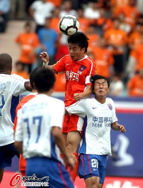 图文:[中超]青岛VS上海 以一敌三