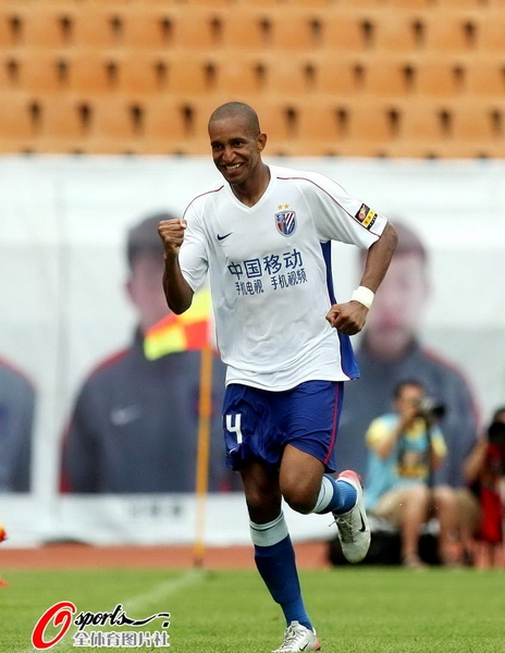 图文:[中超]青岛VS上海 庆祝进球