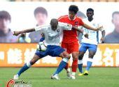 图文:[中超]青岛VS上海 背身护球