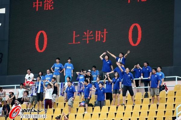 图文:[中超]青岛VS上海 远道而来的上海球迷