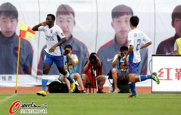图文:[中超]青岛VS上海 里亚斯科斯庆祝