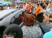 图文:[中超]青岛球迷肇事 球迷发现可疑车辆