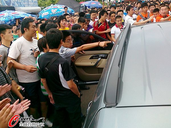 图文:[中超]青岛球迷肇事 球迷和司机冲突