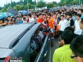 图文:[中超]青岛球迷肇事 球迷围堵可疑车辆
