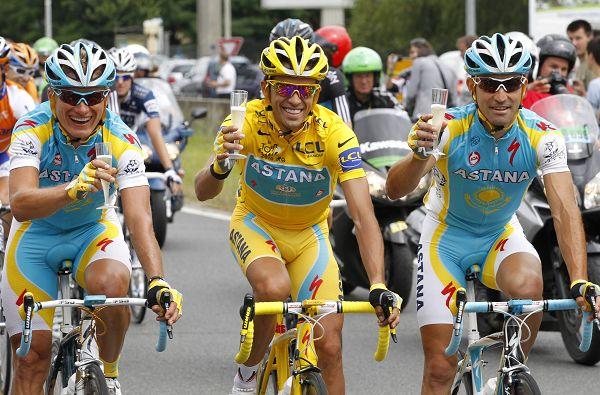 康塔多与队友干杯庆祝