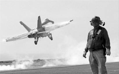 """美军F-18战机从""""乔治・华盛顿""""号航母上起飞"""