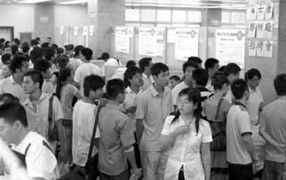 7月22日,富士康科技集团(郑州厂区)招聘摊位前应者如云。CFP图片