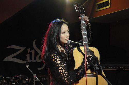 黄龄 河岸 弹吉他