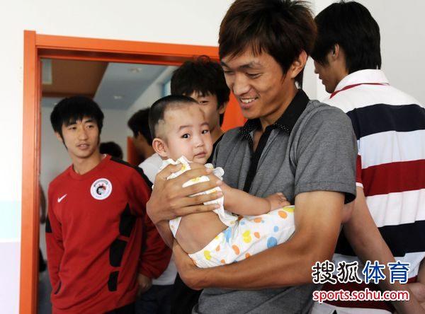 吴高俊怀抱小孩