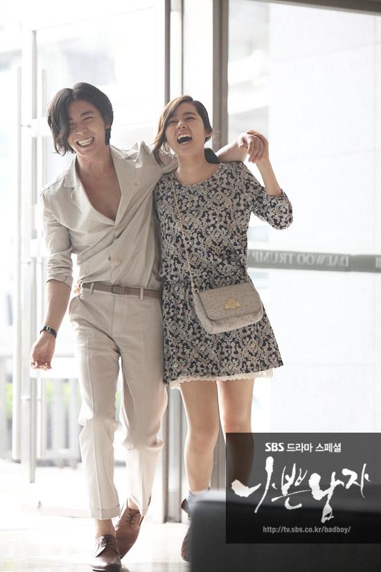 《坏男人》时尚:男星的九分裤与女星的高腰裙