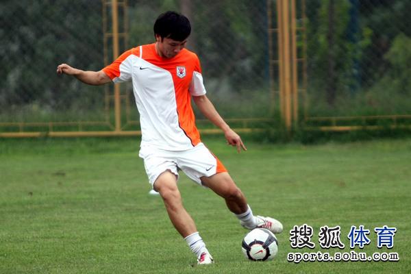图文:[中超]鲁能备战申花 邓卓翔射门