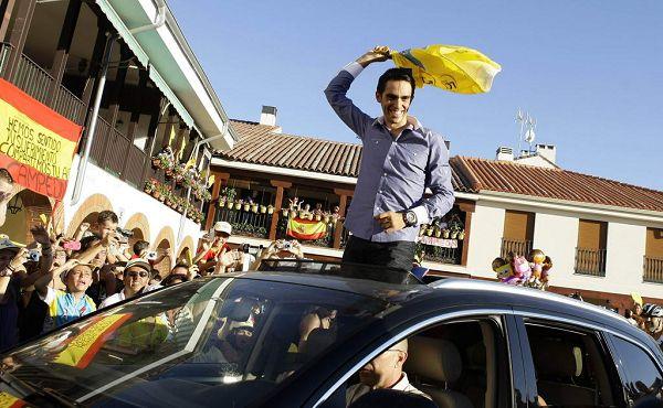 图文:康塔多荣耀归来庆祝 康塔多挥舞黄衫