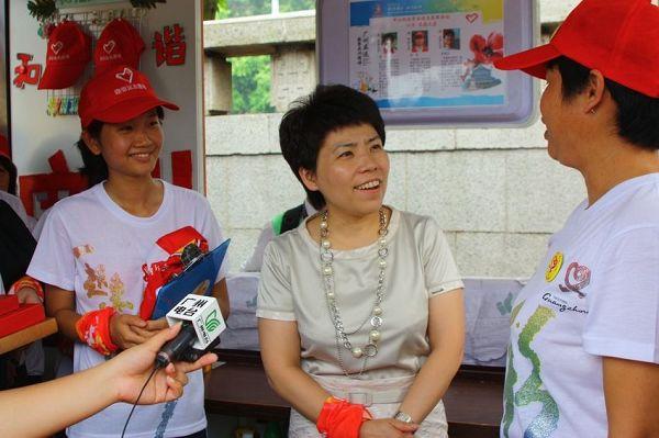 组图:邓亚萍v组图亚运志愿服务赠签名乒乓球拍乒乓球球技滑板正手术图片