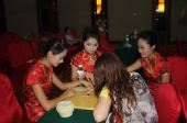 图文:古力李昌镐赛后复盘 礼仪小姐学习下棋