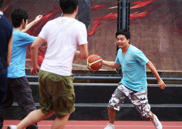 丁俊晖打篮球招式专业