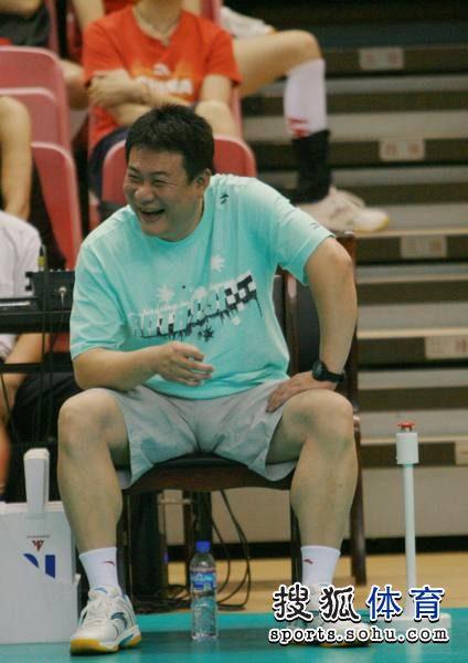 图文:北京女排3-0击败上海队 蔡斌开心