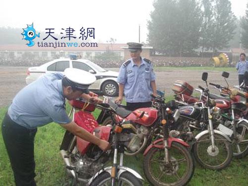 民警在查看一辆涉案摩托车