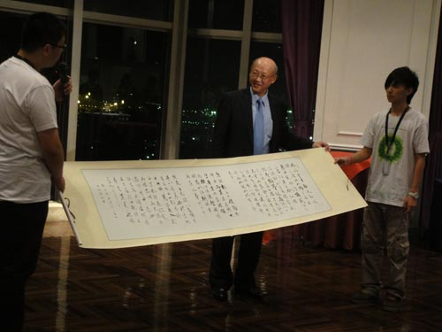 向Sony中国董事长赠送书法作品