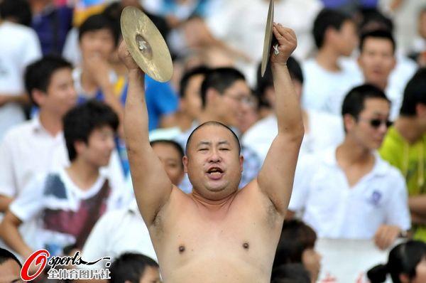 图文:[中超]江苏0-1北京 看台惊现赤裸哥打镲