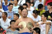 图文:[中超]江苏0-1北京 赤裸哥看台人气旺