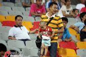 图文:[中超]天津VS河南 看台惊现超级奶爸球迷