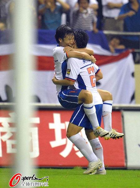 图文:[中超]上海1-2山东 李微邓卓翔庆祝