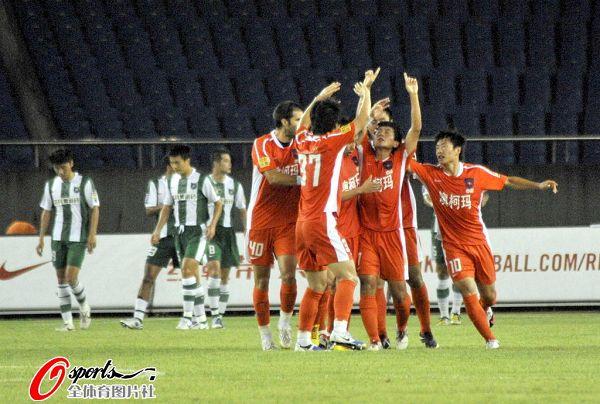 图文:[中超]杭州1-2青岛 众将士双指指天庆祝