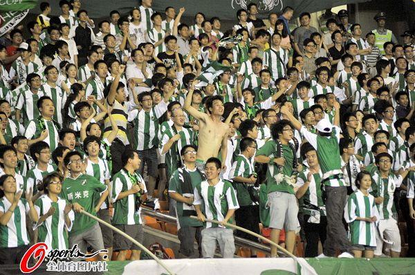 图文:[中超]杭州1-2青岛 绿城球迷半裸助威