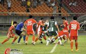 图文:[中超]杭州1-2青岛 球门前双方大混战