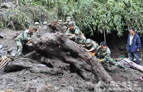 官兵们在泥石流现场搜救
