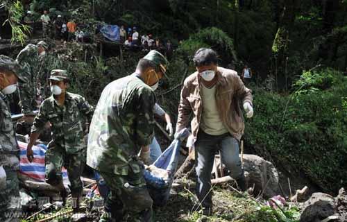 救援人员将遇难者遗体抬出