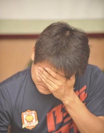 图文:[中超]陕西球迷送别王尔卓 王尔卓抹眼泪