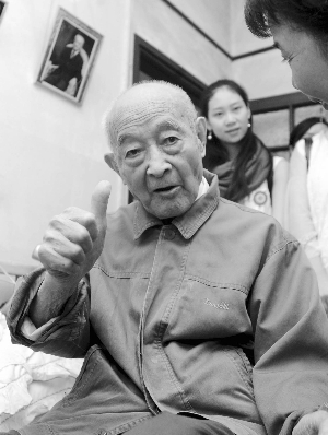 2009年9月,郑老在家中向年轻人传授锻炼秘诀 快报记者 赵杰 摄