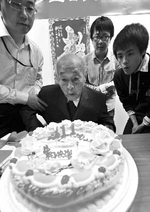 今年5月,大家帮郑集庆祝他111岁(虚岁)生日。快报记者 赵杰 摄
