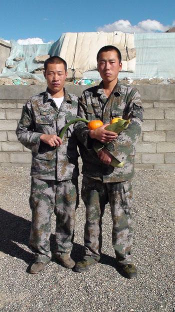 日土兵站的官兵们在海拔4000多米的兵站里,培育出了蔬菜,改善了官兵们的生活。去年日土兵站第一茬蔬菜成熟了,新兵们怀抱瓜菜留影,对他们来说这是一个非常有意义的时刻。通讯员 张贻龙 摄