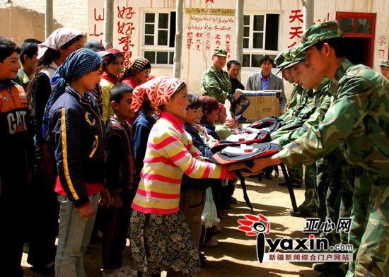 在每年春季开学时,驻守在新藏线上的兵站官兵都要为学生送去学习用品。图为库地兵站的官兵们为库地希望小学的同学们送去的学习用品。通讯员 张贻龙 摄