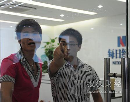 冲突现场的霸王工作人员(图片由每日经济新闻提供)