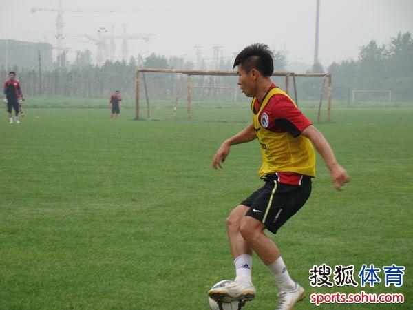 图文:[中超]辽足备战亚泰 于汉超带球突破