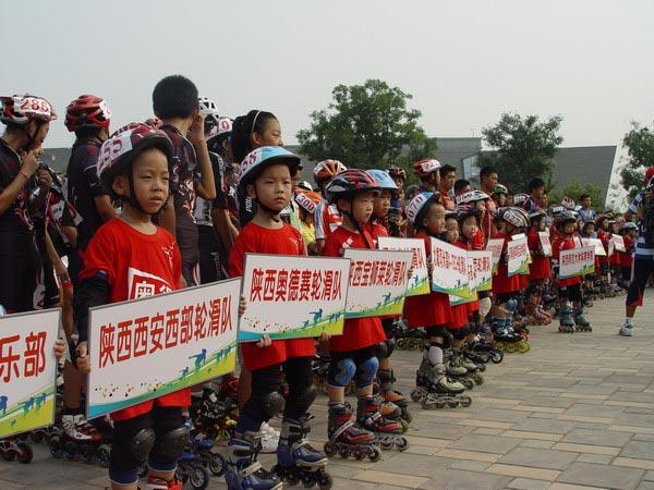 轮滑 公路 全国 图文/图文:全国公路轮滑锦标赛开幕小选手英姿飒爽