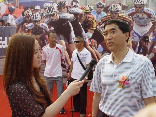 轮滑 公路 全国 图文/图文:全国公路轮滑锦标赛开幕领导接受采访