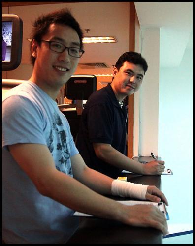 图为:赵俊(后)在壁球巡回赛比球赛执裁中。(摄影 吴鹏)